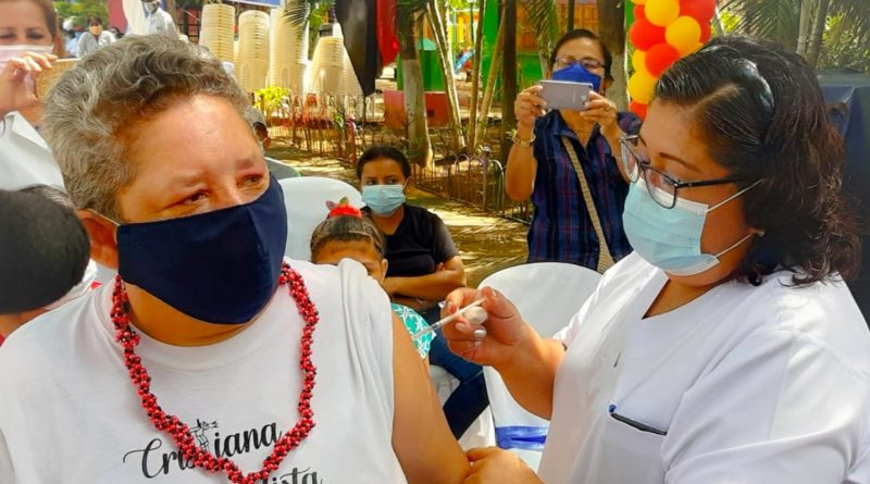 Persona vacunándose contra la Influenza