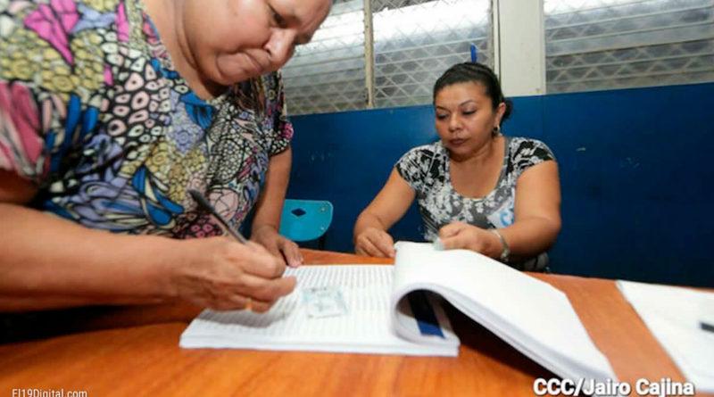 Ciudadana nicaragüense en el proceso de verificación ciudadana para las elecciones generales en nicaragua el 7 de noviembre de 2021
