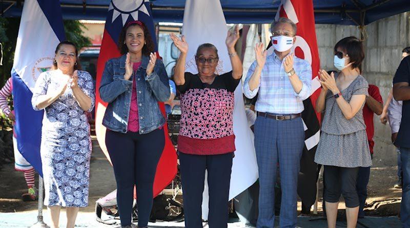 Alcaldesa Reyna Rueda, protagonistas de vivienda digna, embajador de Taiwan, Jaime Chin Mu y su esposa Cindy Wu