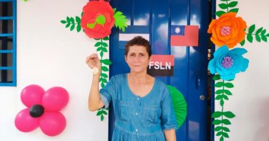 La señora Ángela López recibiendo una vivienda digna de parte de la Alcaldía de Managua y la Embajada de China Taiwán.