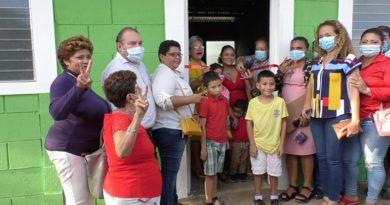 Pobladores de la ciudad de Chinandega recibiendo sus viviendas del programa Bismarck Martínez.