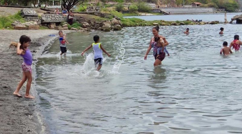 Familias disfrutan de las aguas de la Laguna de Xiloá