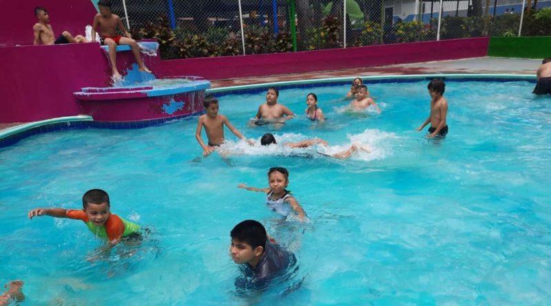 Niños disfrutando de las piscinas del Centro Recreativo Xilonem