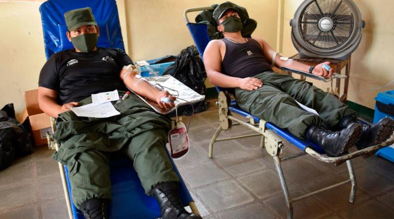 Dos soldados del Ejército de Nicaragua acostados en camillas donando sangre