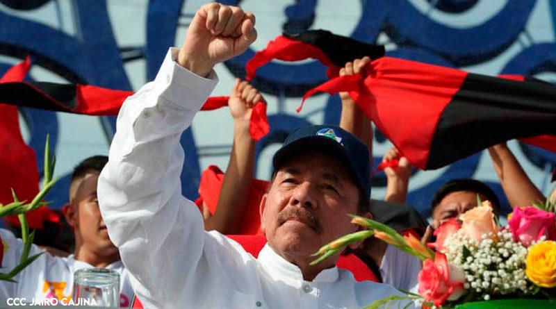 Presidente de Nicaragua, Comandante Daniel Ortega con el puño en alto