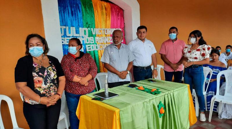 Alcalde de Juigalpa, profesor Erwing de Castilla junto a autoridades educativas y padres de familia