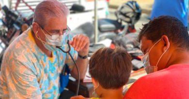 Médico del Ministerio de Salud brindando consulta médica en el barrio Jonathan González de Managua.