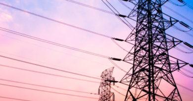 Torres con cables de energía eléctrica