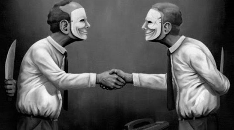 Dos personas enmascaradas con un cuchillo en sus espaldas y dándose la mano