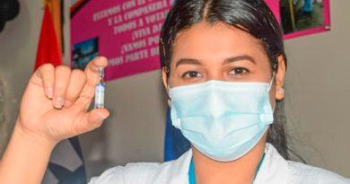 Enfermera del Ministerio de Salud mostrando en su mano vacuna contra el COVID-19, Sputnik V