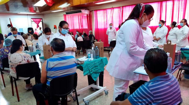 Paciente siendo vacunado contra el covid-19