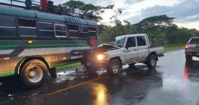 Autobus y camioneta después de accidente de tránsito ocurrido en Río San Juan