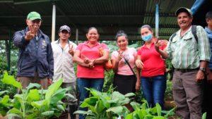 Pequeños productores de Nueva Guinea recibiendo los bonos productivos por parte del MEFCCA