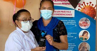 Brigadista de Salud de El Crucero recibe celular para fortalecer trabajo comunitario