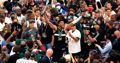 Giannis Antetokounmpo celebrando el triunfo de los Bucks de Milwaukee en la NBA.
