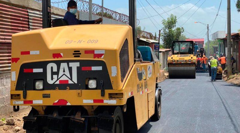 Operarios de la Alcaldía de Managua dando mantenimiento a las calles del barrio Francisco Salazar de Managua