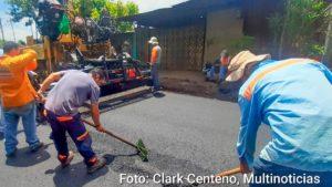 Operarios e la Alcaldía de Mangua trabajando en el mantenimiento de las calles en el Barrio El Recreo Sur.