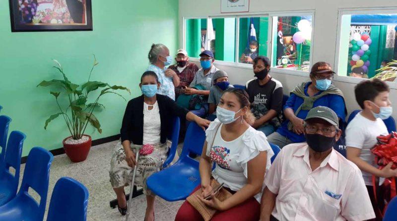Pacientes aguardan a ser atendidos en la nueva sala de consulta externa en el Centro Nacional de Oftalmología