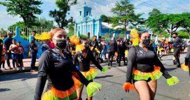 Bailarines de las comparsas que desfilaron en el Carnaval por el Día de la Alegría en Chinandega.