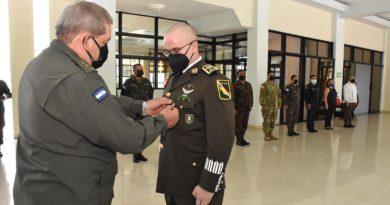 Jefe del Estado Mayor General, Mayor General Bayardo Ramón Rodríguez Ruiz, impuso la condecoración en acto solemne al Agregado Militar y Aéreo de la Embajada de los Estados Unidos Mexicanos, Coronel de Inf. DEM Antonio Rodríguez Sáenz.