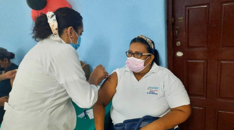 Médicos del MINSA aplican vacuna contra el Covid-19 en Chontales