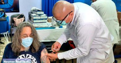 Médico del MINSA aplica vacuna contra el Covid-19 a un paciente en Managua