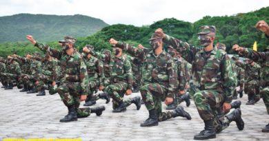 Soldados del ejercito de Nicaragua con rodilla en tierra y el bazo derecho en alto
