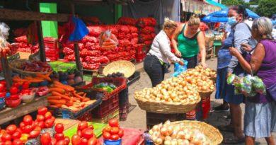 Compradores en un mercado capitalino