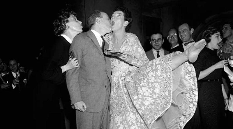 la actriz Rosalind Russell y el coproductor Robert Fryer en una fiesta de despedida con los miembros del musical Wonderful Town, Nueva York, 1954.