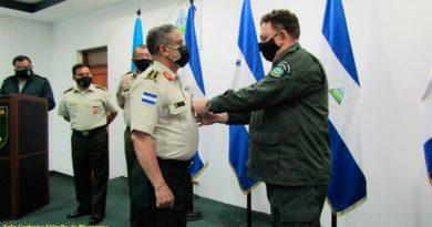 """Comandante en Jefe del Ejército de Nicaragua, General de Ejército Julio César Avilés Castillo imponiendo medalla """"Honor al Mérito Servicio de Inteligencia en Primera Clase"""""""