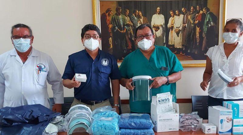 Médicos y parte de Iglesia de Jesucristo de los Santos de los Últimos Días durante la donación