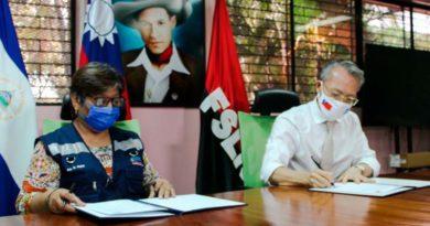 Embajador de Taiwán, Jaime Chin Mu Wu junto a la Ministra de Salud, Martha Reyes, durante la firma de la donación