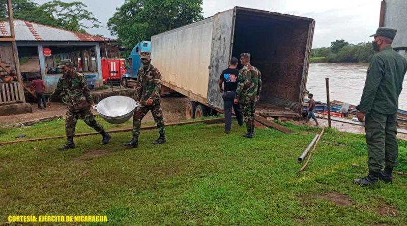 Miembros del Ejército de Nicaragua, durante el descargue de utensilios de cocina en Waspam