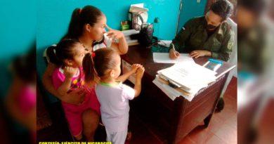 Familia recibiendo a tención médica en una de las comunidades de Bluefields por parte de médico del Ejército de Nicaragua