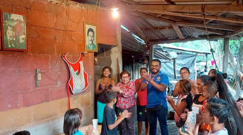 Familias de la comunidad Los Pescadores de El Viejo durante la inauguración del proyecto de Energía Eléctrica