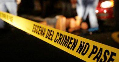 Cinta amarilla en la escena del crimen, peáton