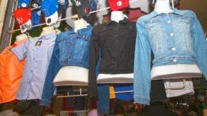 Camisas en promoción en el mercado Roberto Huembés