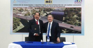 General Oscar Mojica, Ministro del MTI y el Señor Yasuhisa Suzuki, Embajador del Japón, en la firma del Acuerdo de Donación de Maquinaria y Equipos