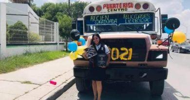 Un hombre arregla su unidad de transporte para celebrar graduación de su esposa