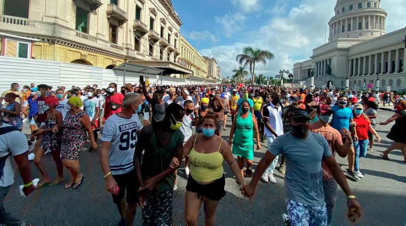 Ciudadanos cubanos manifestándose en las calles a favor de la revolución cubana