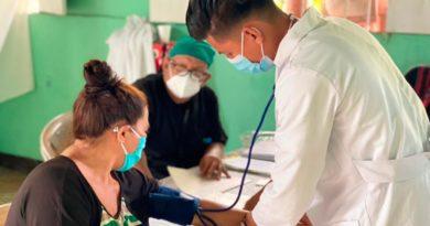 Médicos del Ministerio de Salud de Nicaragua brindando consulta médica en el barrio Sierra Maestra de Managua.