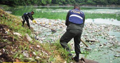Soldados del Ejército de Nicaragua en jornada de limpieza en la Laguna de Tiscapa, Managua