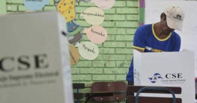 Nicaragüense votando durante unas elecciones en el país