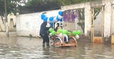 Padre adorna su triciclo para celebrar la graduación de su hijo a pesar de inundación