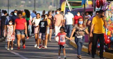 Familias nicaragüenses durante recorrido en Managua