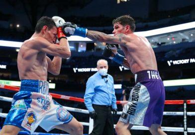 Róger Gutiérrez enfrentandose a René Alvarado.