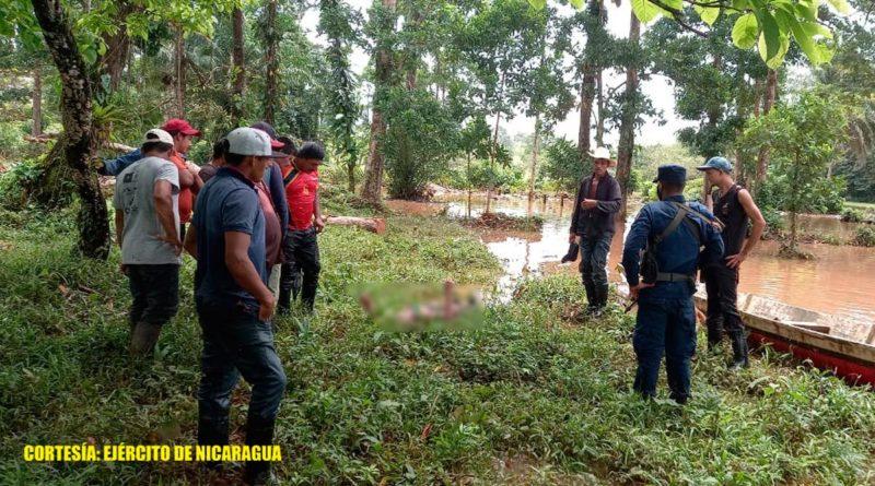 Efectivos de la Fuerza Naval de Nicaragua junto al cuerpo sin vida encontrado en el río Torsuani de Bluefields