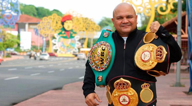Rosendo Álvarez con sus 3 título mundiales en la Avenida Bolívar en Managua.