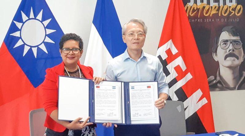 Embajador de Taiwán, Jaime Chin-Mu Wu junto a Claudia Cárdenas, co-directora del INTA