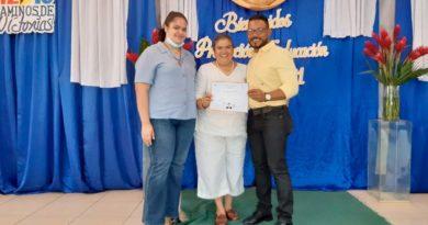 Joven graduando recibiendo su título del Centro Tecnológico Teodoro Kint